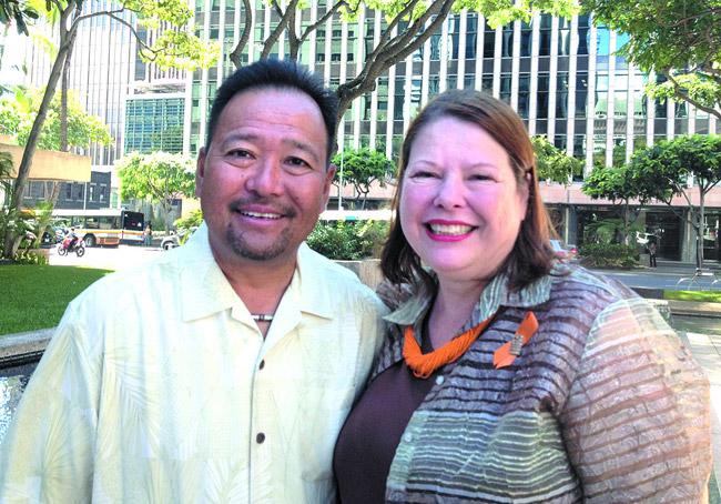 Gerald Shintaku of Kraft Foods (left) and Hawaii Foodbank's Polly Kauahi at the Nov. 4 Kraft Check-Out Hunger kickoff | Jo McGarry photo