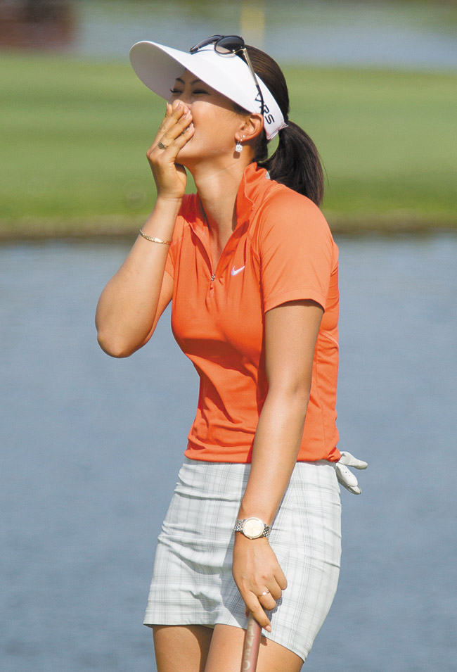 Michelle Wie reacts to winning the 2014 LPGA LOTTE Championship golf tournament on the 18th green at Ko Olina Golf Club. AP photo/Eugene Tanner