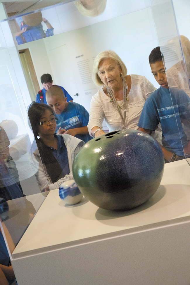 Spalding House docent Susan Palmore talks to fifth-grade Holomua Elementary students about the science behind ceramic glazes. Photo by Rachel Breit