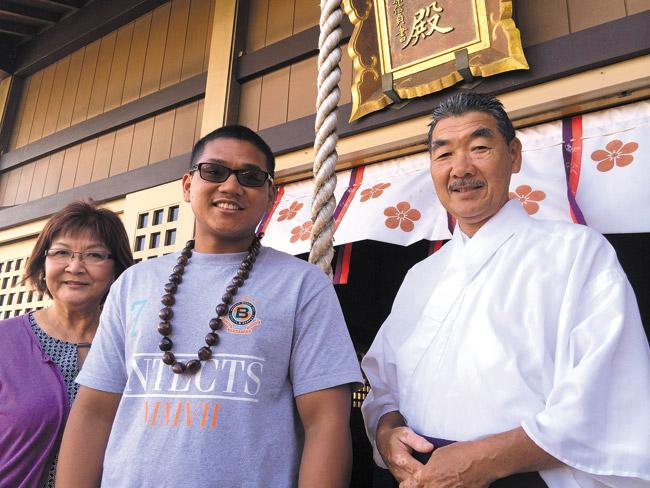 Melvin Monces (center) with Diane Nishida, a member of the Kotohira Jinsha shrine's board and scholarship committee, and Rev. Masa Takizawa | Photo from Melvin Monces