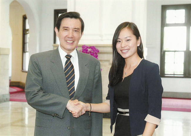 Taiwan's President Ma Ying-jeou shakes hands with Kaiser High alumna Kelly Park during a meeting of cultural exchange fellows in Taiwan this summer. Photo from Kelly Park.